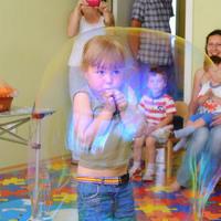 шоу мыльных пузырей с клоуном